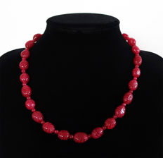 Engraved ruby necklace with 14 kt gold clasp - 295 ct - 51 cm