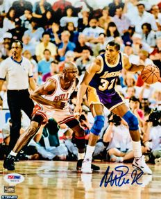 Magic Johnson #32 / LA Lakers - Amazing Authentic Signed Autograph in Photo ( 20x25cm ) - with Certificate of Authenticity PSA/DNA