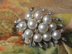 Gold brooch with 21 diamonds of approx. 0.35 ct TW-SI brilliant made of 585/14 kt, Akoya pearls