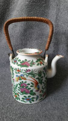 Porcelain Famille Rose teapot with lid - China - Mid 19th century