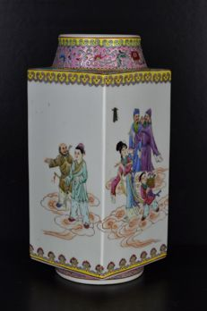 A hand paiting famille rose vase - China - (1949-1966), probably 1950s