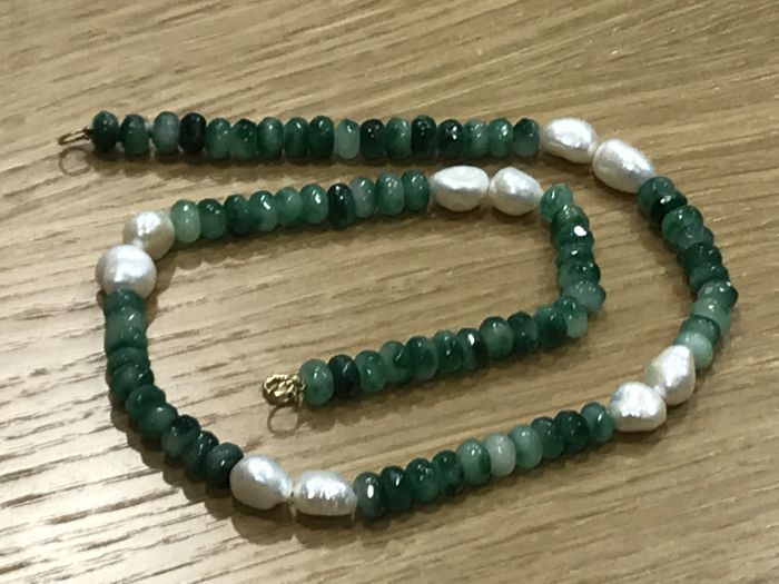 Necklace made of emerald and pearl with 18 kt gold - length: 50.50 cm