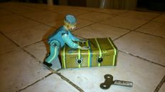 Gescha, US Zone Germany - L. 11 cm - Mechanical tin porter with case, 1950s