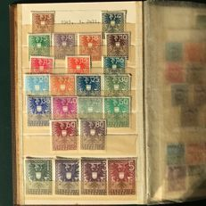 """Austria 1945/1950 - Collection in stock books with """"Landscapes"""", """"Childhood"""" and """"Volksabstimmung"""" - Michel 697/954"""
