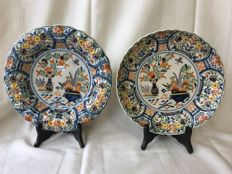 Tichelaar Makkum - 2 polychrome typical Dutch flower plates with a decor of vases with flowers.The plates have a lobed edge
