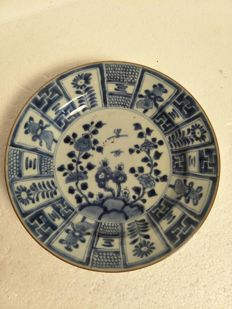 Deep blue white porcelain plate with flower decoration - China - approx. 1700, Kangxi period