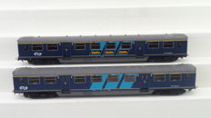 Artitec H0 - 20.155.01/20.155.02 - Set with two carriages Plan E 1st class with an NS logo and advertising banners of the NS