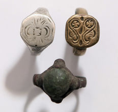 Collection of two Medieval bronze and one Medieval silver rings - 20 mm x 20 mm (3)