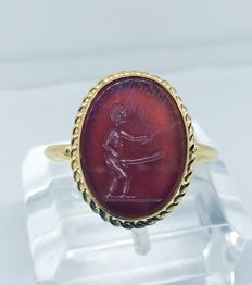18 kt yellow gold ring – Carnelian cut in the Roman style – With the god Priapus – Phallic – Exclusive