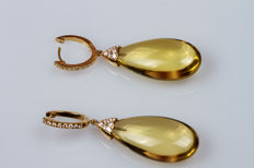 Dangle earrings in 18 kt yellow gold with lemon quartz droplets and diamonds.