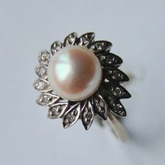 Around 50/60x White gold ring with sea/salty shiny pearl 8,4 mm surrounded by 16 small old cut diamonds set in leaves.