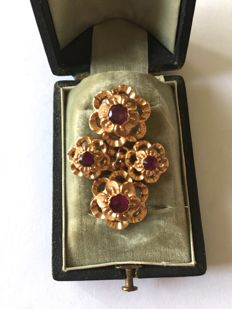 18 kt yellow gold brooch with 4 almandines. Total weight: 3.1 g, Western India (Rajasthan)