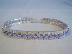 Wide Riviere bracelet with faceted tanzanites of 12.6 ct in total