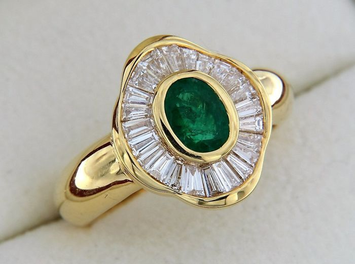 1.70 ct - Emerald and diamonds - 18 kt GOLD -