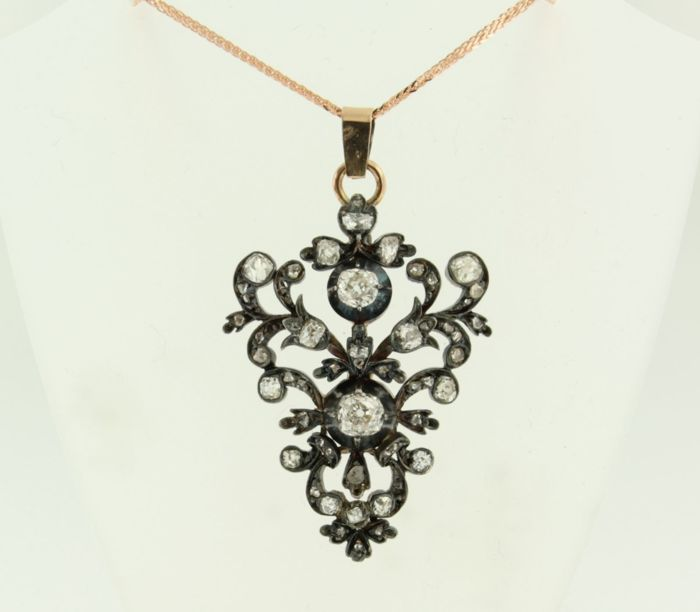 14 kt rose gold necklace (recent) with a 14 kt rose gold and silver pendant in the shape of a bunch of grapes, set with 56 old cut diamonds of approx. 2.00 ct in total