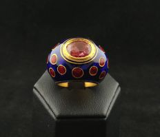 22 kt gold ring of Kundan, with natural certified spinel for 4.90 ct, and settings in 24 kt gold with coloured enamels  - India, mid 20th century