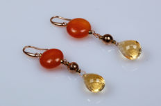 Dangle earrings in 18 kt rose gold with round carnelians and citrine droplets.