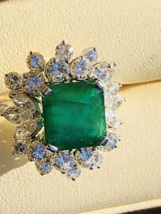 Exclusive 18-kt White-Gold Ring with 3.1-ct Emerald and Diamonds Totalling 2.15 ct - Size: 20 (Approximate)