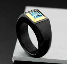 Black, sleekly designed jade ring with carre facetted blue topaz, 585 yellow gold