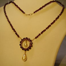 Antique gold necklace with faceted garnets of 90 ct and two cultured pearls