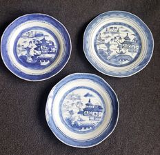 Low with three blue and white plates with a depiction of a bridge and pagoda - China - late 18th century