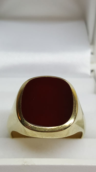 14 kt yellow-gold signet ring, set with carnelian