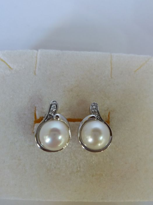 Earrings with 8 mm freshwater cultured pearls and 0.04 ct brilliant cut diamonds, colour I, clarity VS