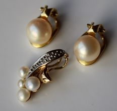 Beautiful vintage set: 14kt. gold earrings with genuine sea / salty shiny white rosé pearls + 8kt. gold pendant with sea/salty white-grey small pearls with silvery lustre.