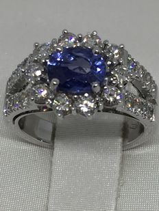 18 kt white gold ring with diamonds totalling approx. 1.0 ct and sapphire weighing 1.50 ct