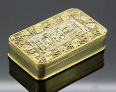 A George III Gilded Silver Snuff Box With Windsor Castle and Floral Decorative Engraving - London - 1818