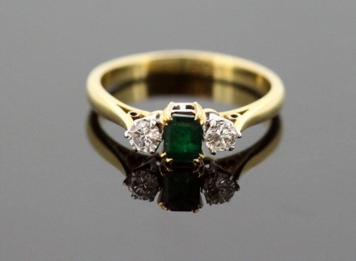 Vintage 18K Yellow Gold Ladies Ring With Diamonds (0.14 CT Total) and Emerald (0.11 CT) Circa.1950