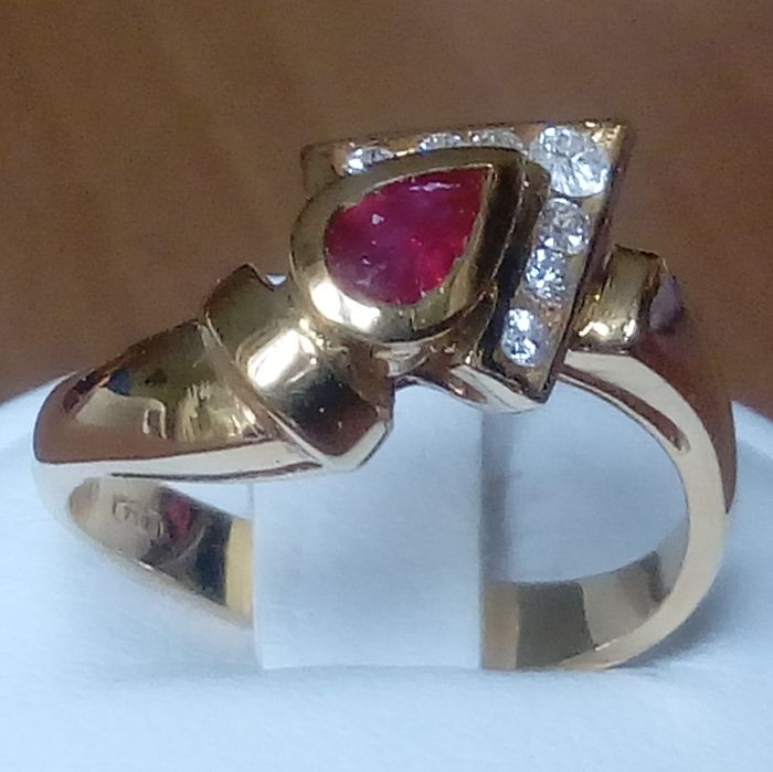 18K gold ring with ruby and diamonds