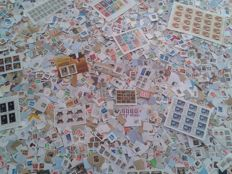 World – Lot of ± 32,000 stamps, mainly on paper, sheets and miniature sheets