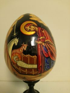 Lot with 4 Christmas objects holy family from Tanzania, icon egg hand-painted 'The Birth' on wood, 20th century Russian glass Christmas group and Dick Bruna Christmas group