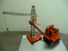 NBN, Germany/Tri-ang, England - H. 33-46 cm - Lot of 2 very large cranes in sheet metal/metal, 1950s