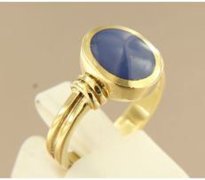 14 kt yellow gold vintage ring set with a synthetic star sapphire