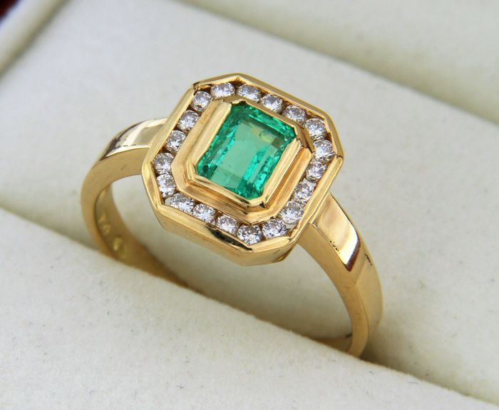 18 kt gold ring + Emerald + Diamonds - Ring size: 56