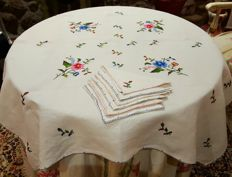 Antique square tablecloth for 4 people, handmade with flower embroidery - 7 embroidered napkins - 97 x 95 cm - without reservation