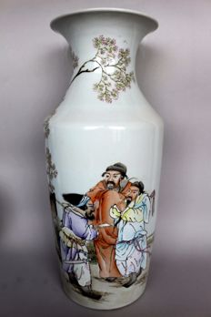 Large porcelain vase with warriors under a pine - red - signet on the base - China - 21st century