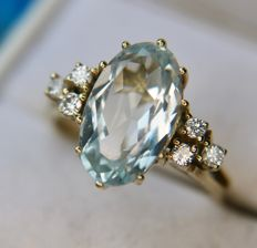 3.70ct Vintage gold ring with a natural Aquamarine enchanted by 6 sparkly Diamonds (G/VS) in an excellent condition **No Reserve**