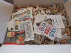 World - Batch of approx. 45,000 soaked off stamps.