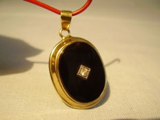 Gold Art Nouveau pendant with black onyx (12 ct) and white sapphire