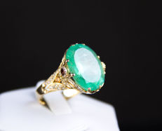 15.31 ct gold ring Red emeralds, sapphires and white and yellow diamonds IGI certified.