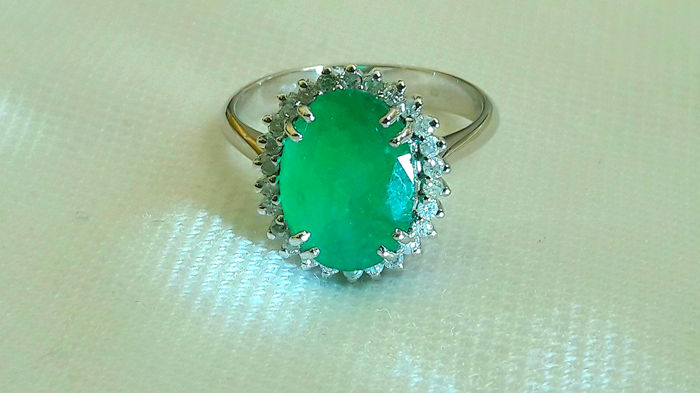 White gold ring (18 kt) with emerald of 2.82 ct and diamonds for 0.26 ct ***NO RESERVE***