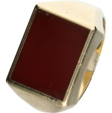 14 kt yellow gold signet ring set with carnelian. - ring size: 20 mm