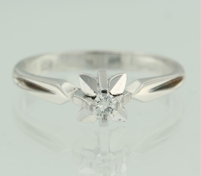 18 kt white gold solitaire ring set with brilliant cut diamond, ring size 18.75 (59)