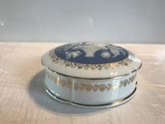"Old Limoges porcelain sweet box ""C.I.D"" gilded with fine gold and topped with a ""Camé"" style decoration for the confectioner ""Martin"" in Saint Pol de Leon."