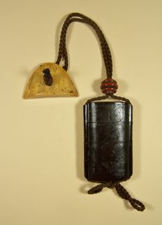 A lacquer ware on wood 'inrō' with bone 'netsuke' and lacquered wooden 'ojime' - Japan - ca 1800-1825 (Edo period)