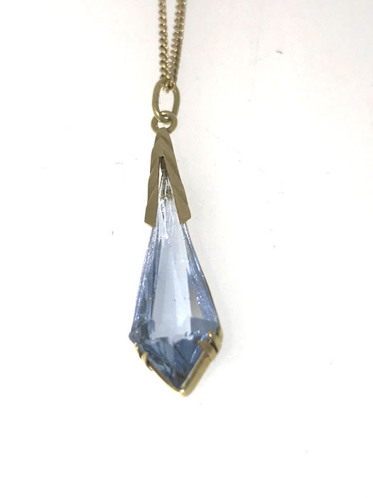 14 kt Art Deco aquamarine pendant with a gold necklace.