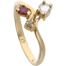 18 kt - Yellow gold ring set with a pear cut ruby, a rose cut diamond and an oval cut diamond - Ring size: 19.25 mm